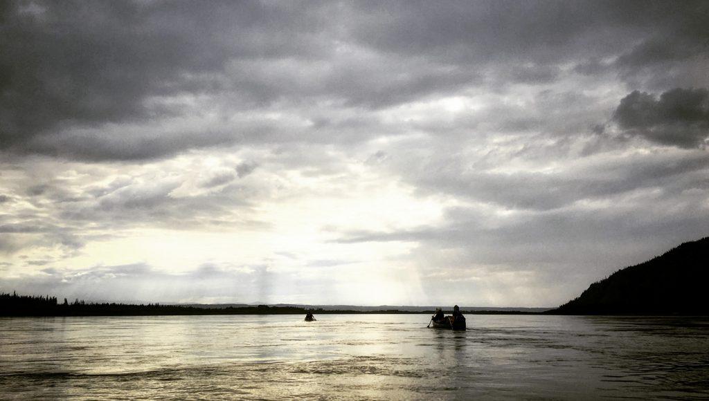 Yukon River Kanutour - Kanu auf dem Yukon in besonderer Lichtstimmung.