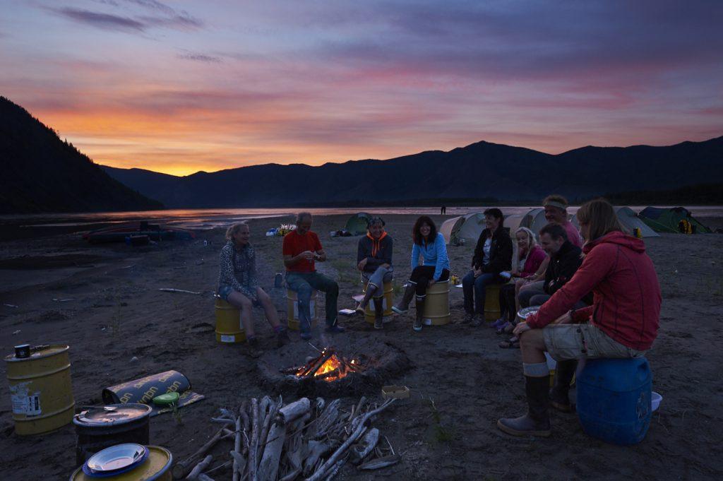 Yukon River Kanutour - Die Reisegruppe am Lagerfeuer. Im Hintergrund der Yukon.