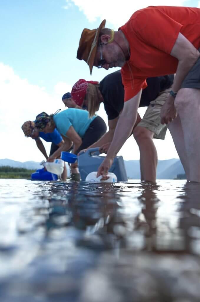 Yukon River Kanutour - Die Reisegruppe fuellt im Yukon ihre Wasservorraete auf.