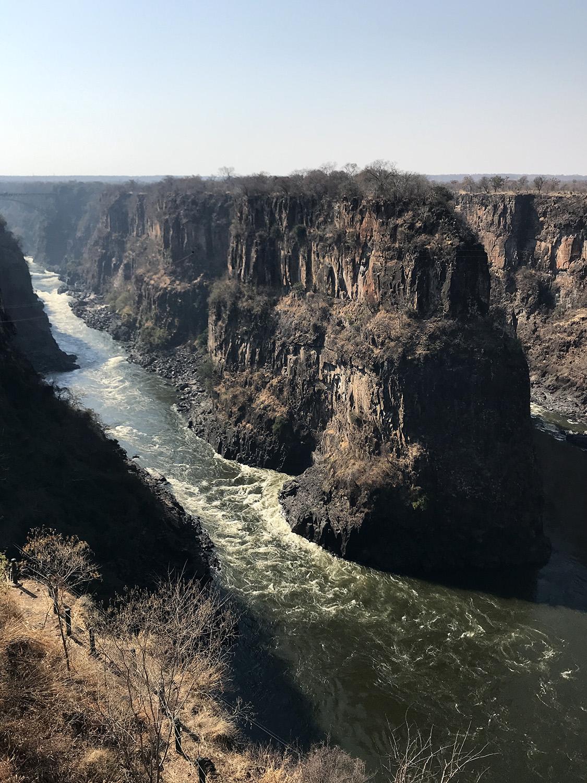 Blick auf die Batoka Gorge Felsformationen und dem Sambesi an den Victoriafällen in Zimbabwe
