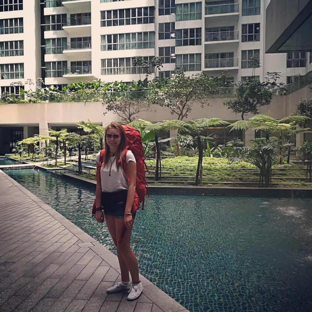 Bepackt mit ihrem Yukon Trekkingrucksack startet Sarah-Lena ihre Malaysia-Reise in einem Hotel in Kuala Lumpur.