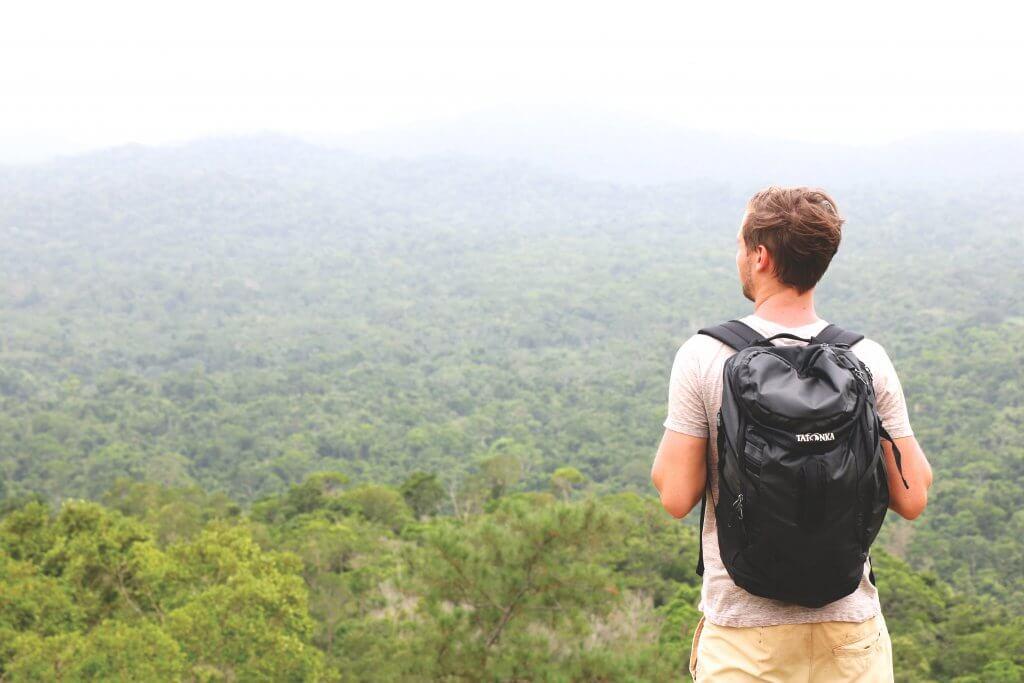 Daniel blickt auf den Regenwald von Belize.