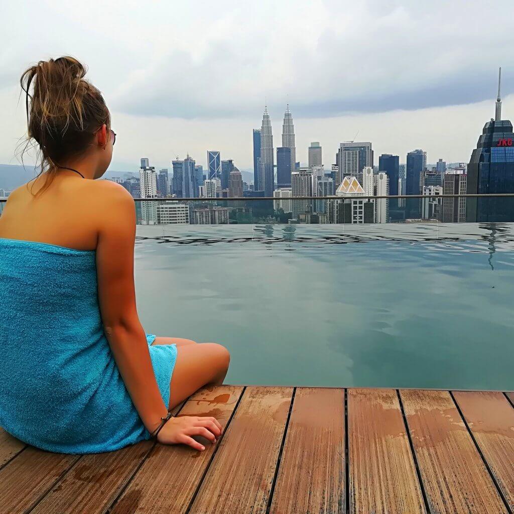 Skyline von Kuala Lumpur: Sarah-Lena blickt vom Rooftop-Pool eines Hostels auf die Petronas Twin Towers.