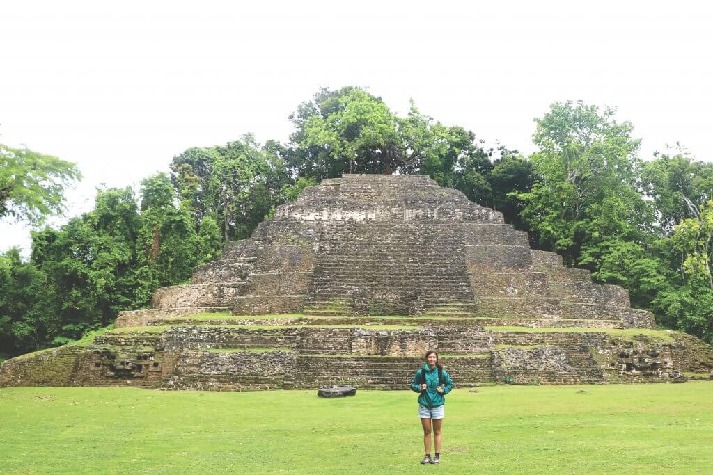 Ania vor der Lamanai Maya-Ruine mitten im Regenwald von Belize.