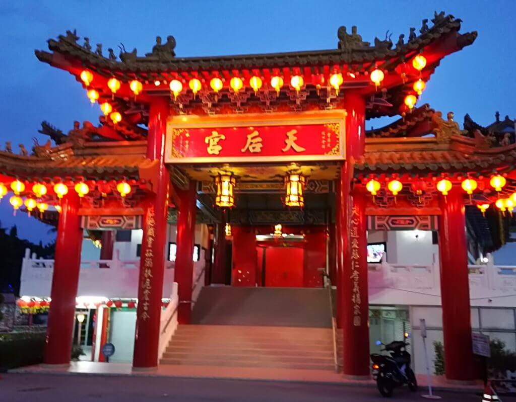 Haupteingang des chinesischen Thean Hou Tempels in Kuala Lumpur, Malaysia.