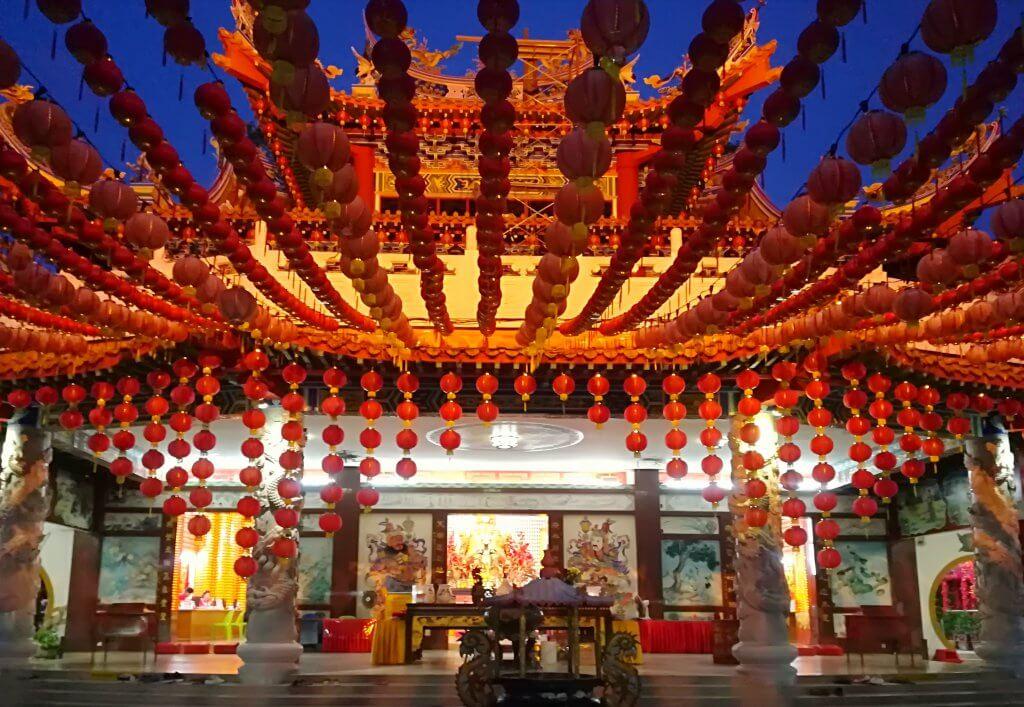 Gebetshalle des Haupteingang des chinesischen Thean Hou Tempels in Kuala Lumpur, Malaysia.