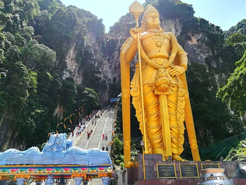 Goldene Statue des Hindu Gott Murugan in Kuala Lumpur.