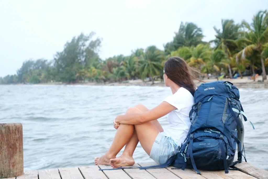 Ania sitzt auf einem Steg und blickt aufs offene Meer.