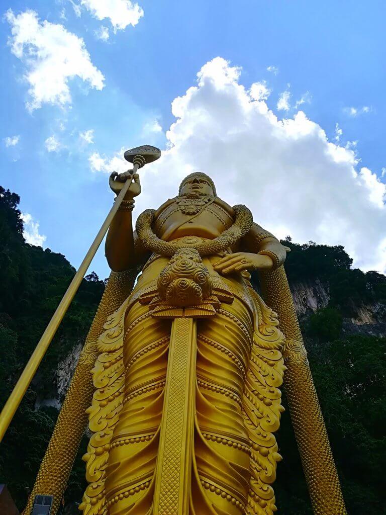 Goldene Statue des Hindu Gottes Murugan in Kuala Lumpur.