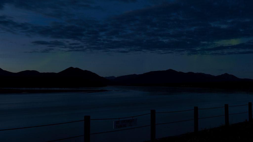 Yukon River Kanutour - Polarlichter, am Himmel über der Stadt Eagle.