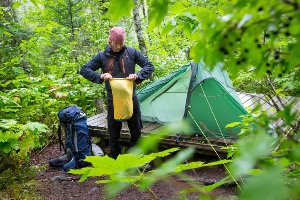 Dirk baut sein Tatonka Zelt auf dem Chilkoot Trail auf.