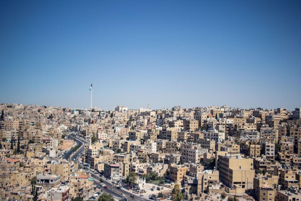 Blick vom Zitadellenhügel aus auf die sandfarbenen Häuser von Amman in Jordanien.