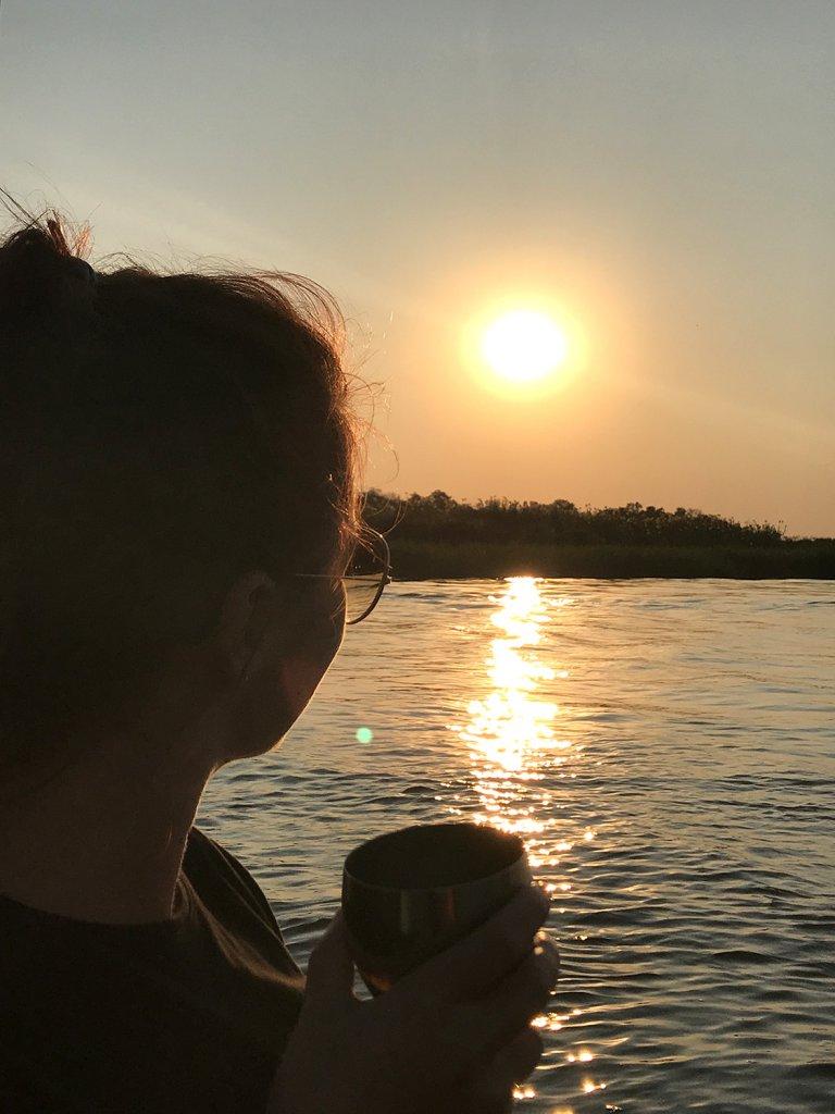 Sundowner im Boot auf dem Okavango bei Shakawe
