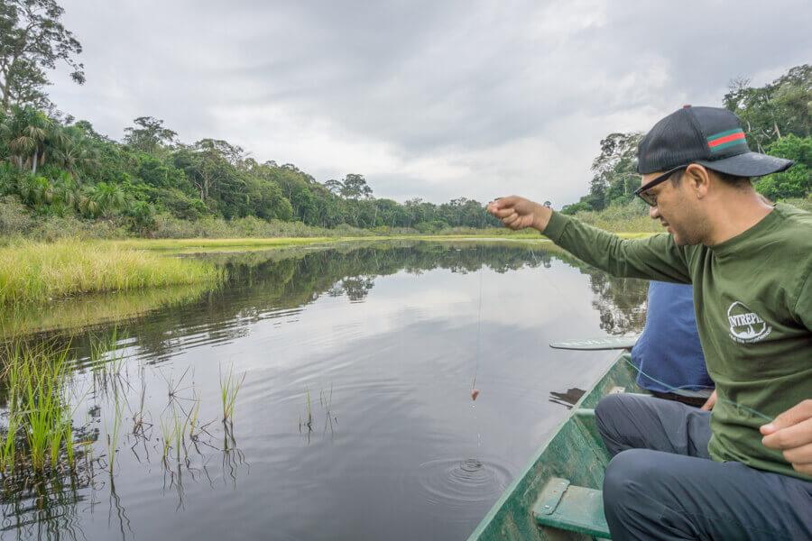 Angeln von Piranhas auf einem wackeligen Kanu.