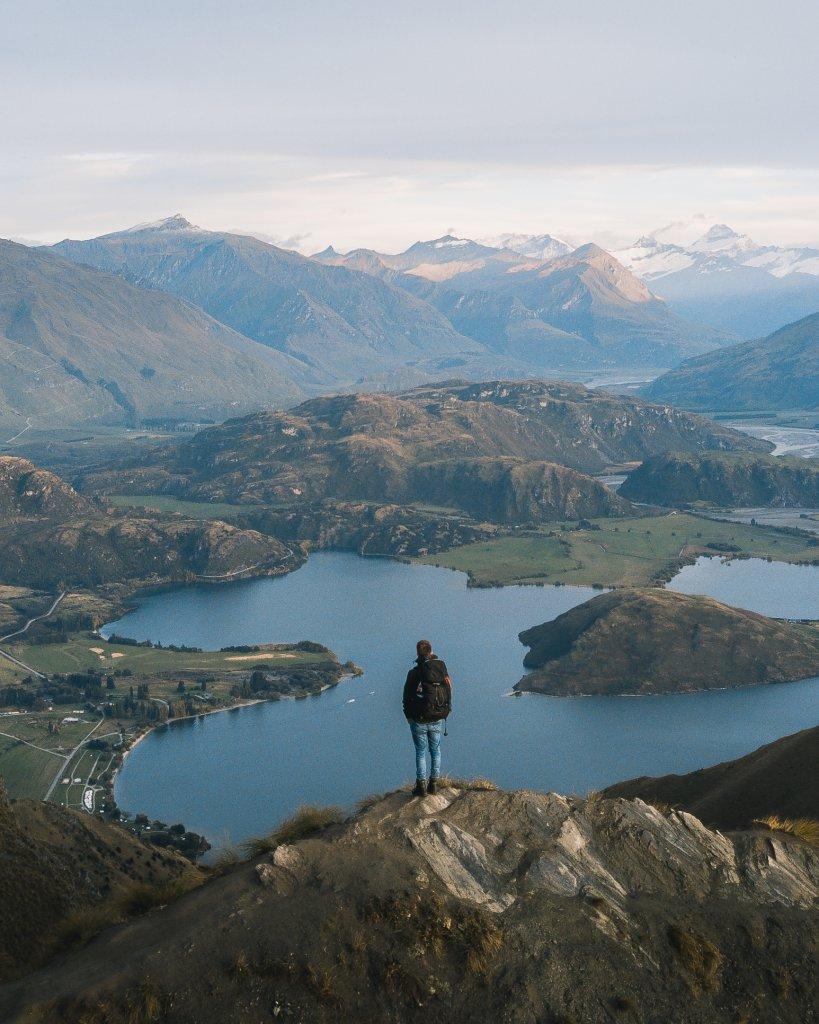 Roadtrip Neuseeland: Hannes Stier auf Bergkamm des Roys Peak.