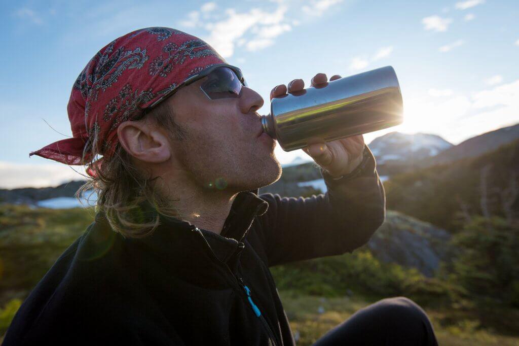 Ein Schluck Wasser aus der Flasche. Dirk sammelt neue Kräfe.