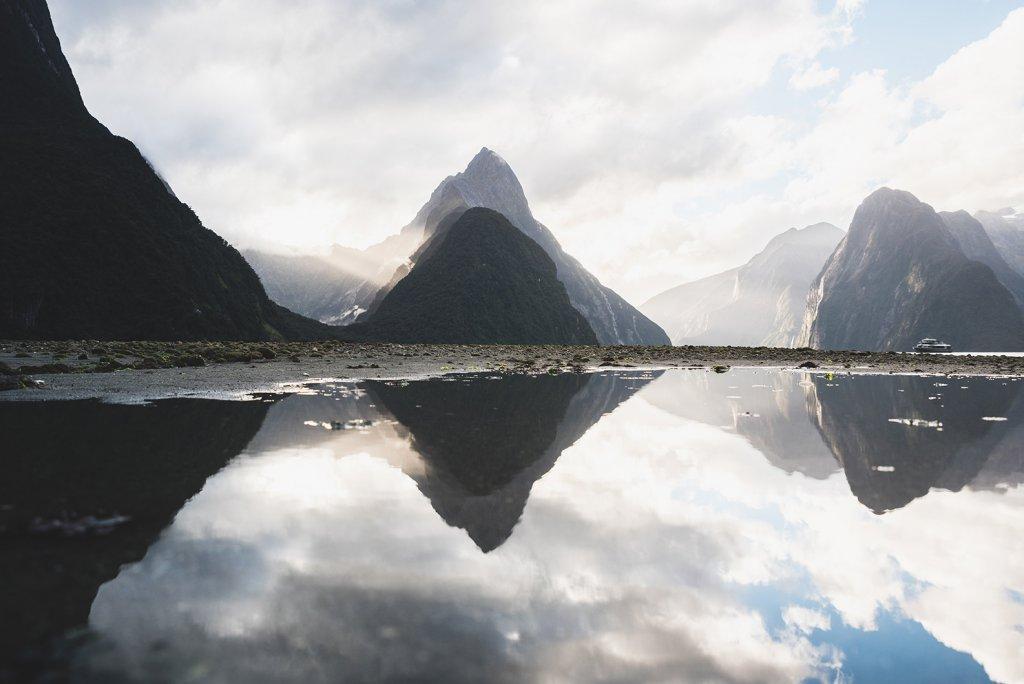 Roadtrip Neuseeland: Der Mitre Peak (1.692 m) spiegelt sich im Wasser des Milford Sound Fjords.