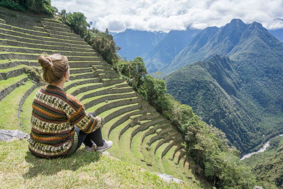 Melanie Schillinger blickt auf die Terrassen der Winay Wayna Ruinen zwischen Cusco und Machu Picchu.