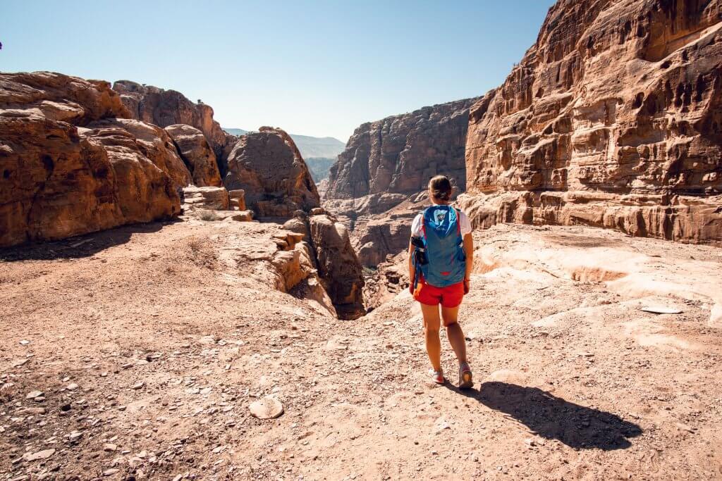 Maria blickt nahe Petra auf den Canyon hinunter.
