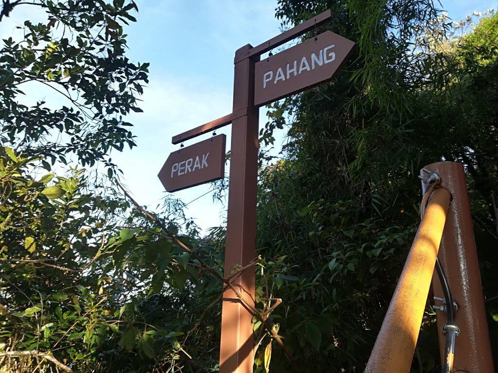 Grenzschild zwischen Mossy Forest und Perak Pahang.