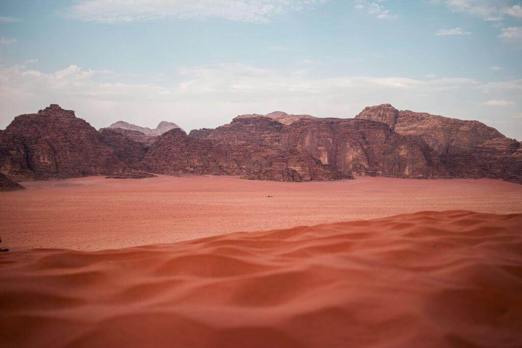 Wüstenlandschaft mit Gebirge in der Wadi Rum Wüste in Jordanien.