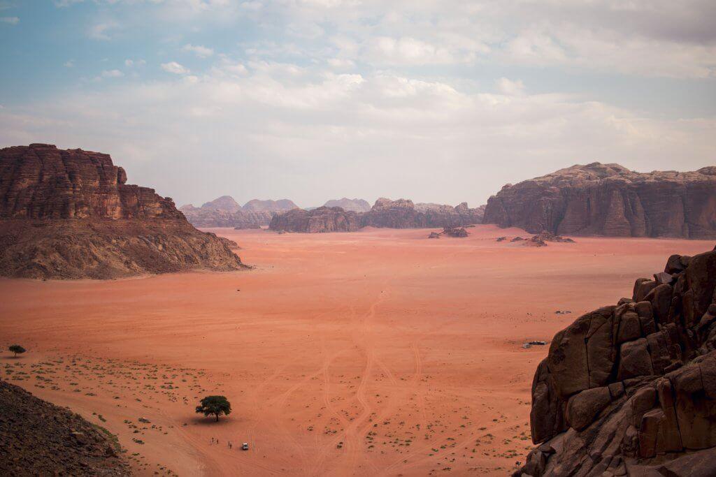 Blick von oben auf die Wüstenlandschaft Wadi Rum in Jordanien.