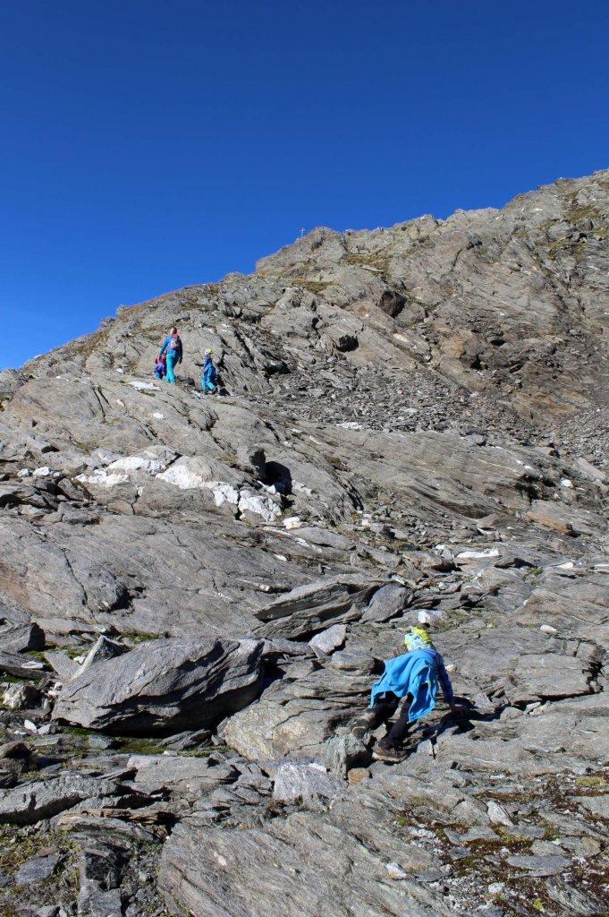 Ab und zu muss die Familie eine kurze Kletterpassage überwinden.