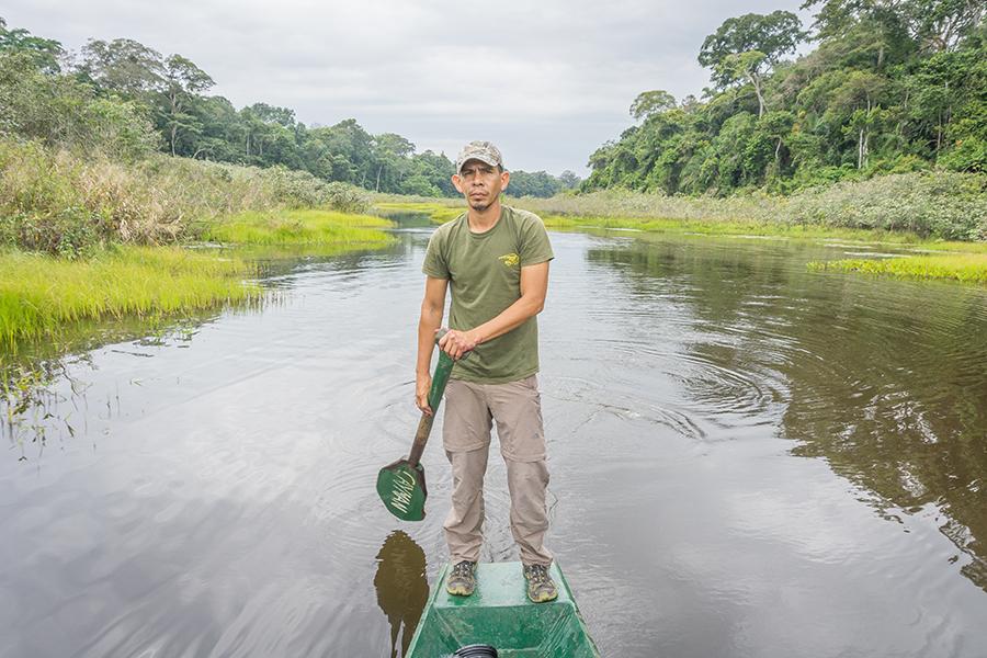 Flossfahrt auf dem Amazonas mit einheimischem Fahrer.