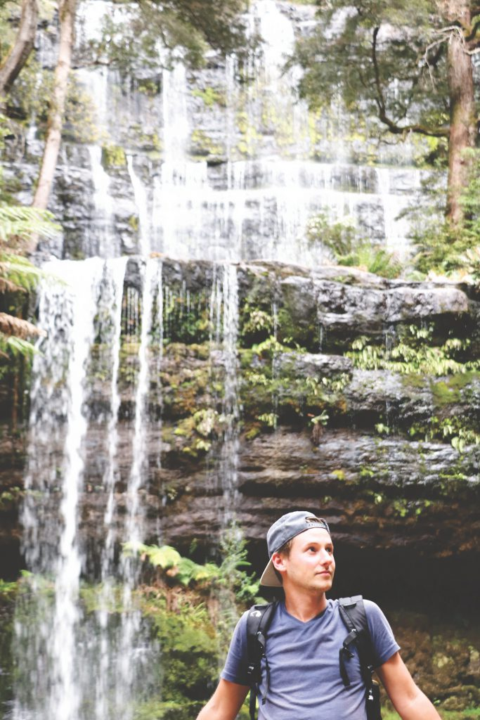 Daniel vor den Russel Falls Wasserfällen im Mount Field Nationalpark auf Tasmanien.