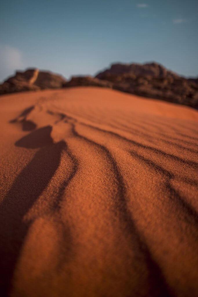Wind-Spuren im Sand der Wadi Rum Wüste in Jordanien.