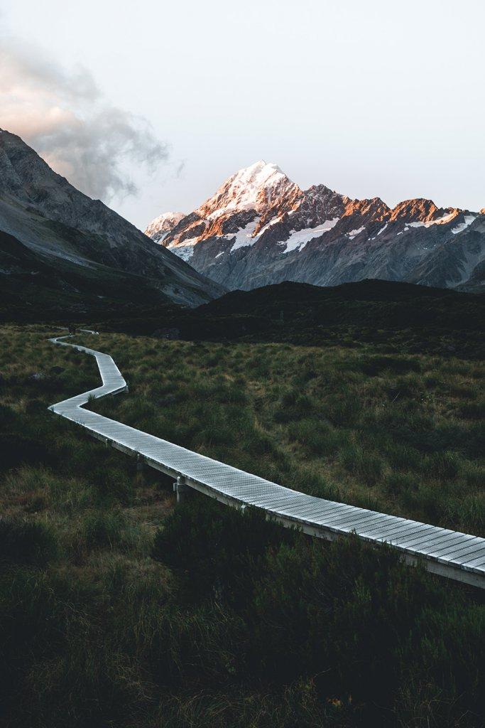 Ein Holzsteg weist den Weg durch die atemberaubende Natur.