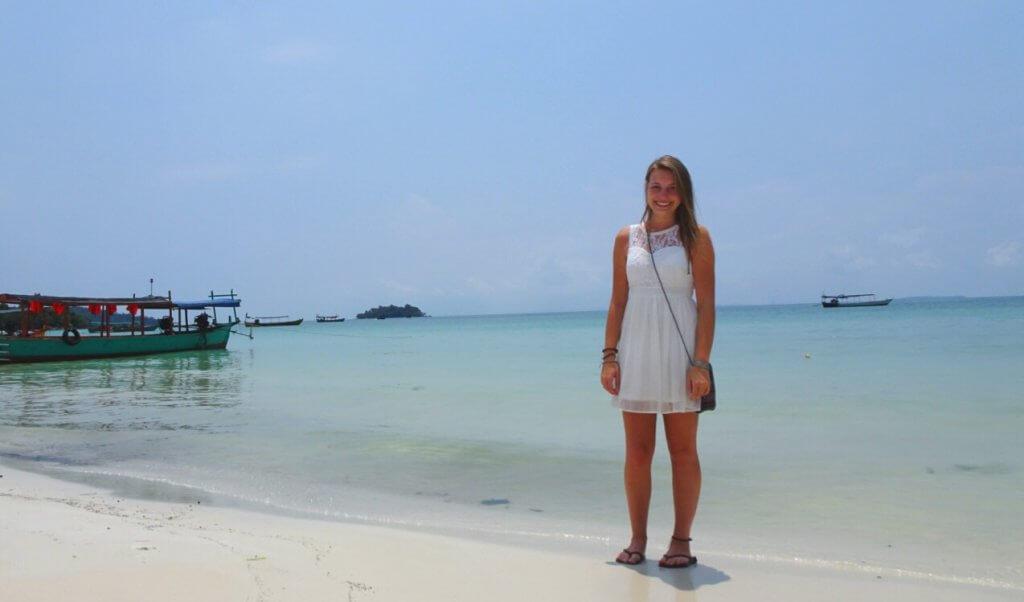 Sarah am Strand von Tioman in Malaysia.