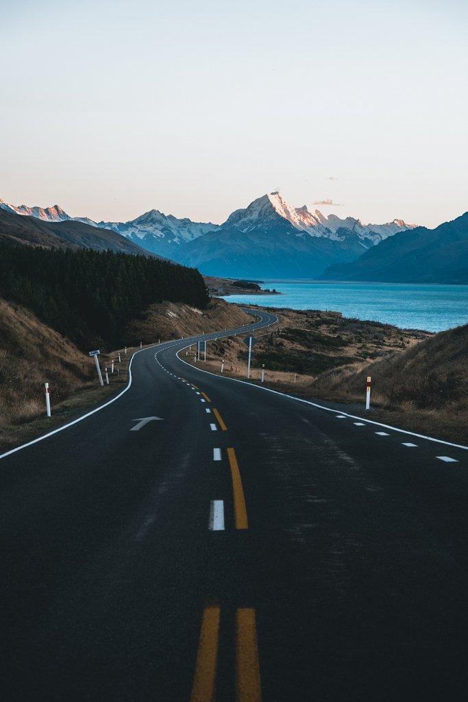 Roadtrip Neuseeland: Endlose Straßen und atemberaubende Berglandschaften.