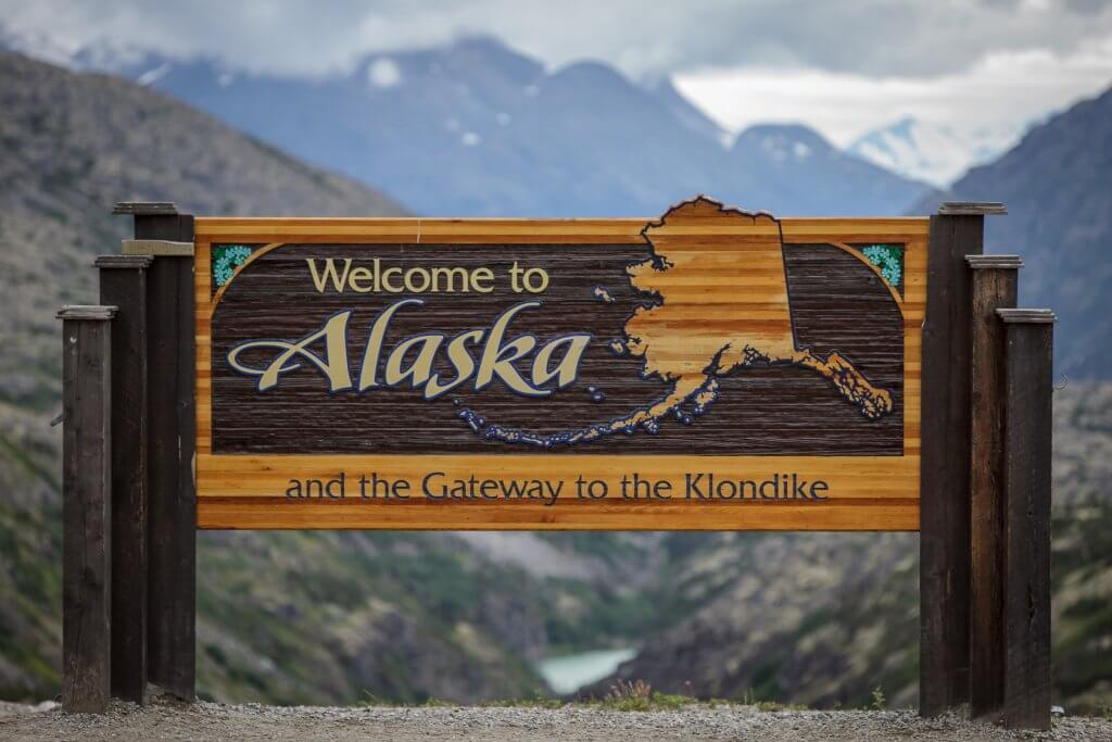 Ein Schild mit der Aufschrift Welcome to Alaska signalisiert den Grenzübergang am Chilkoot Trail.