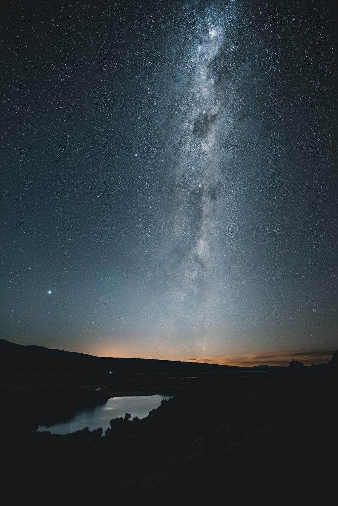 Roadtrip Neuseeland: Sternenhimmel mit Milchstraße über einem See.