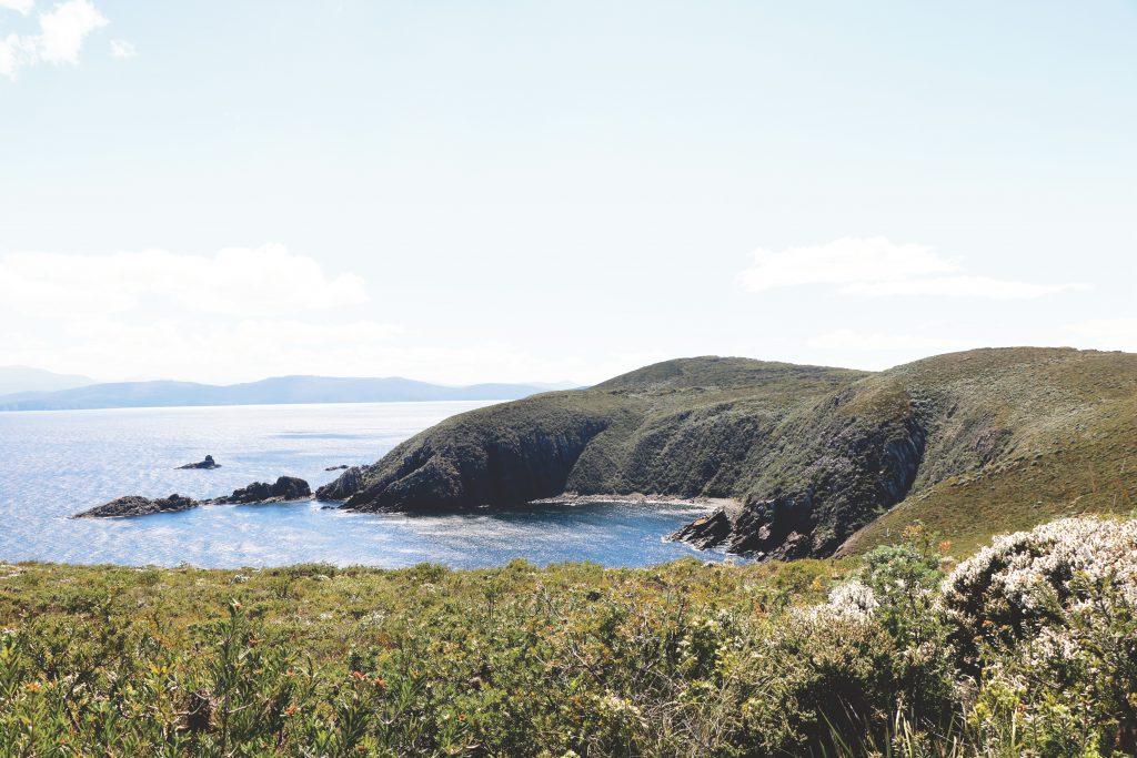 Blick auf das Meer und Tasmanien, das von Einheimischen liebevoll Tassie genannt wird.