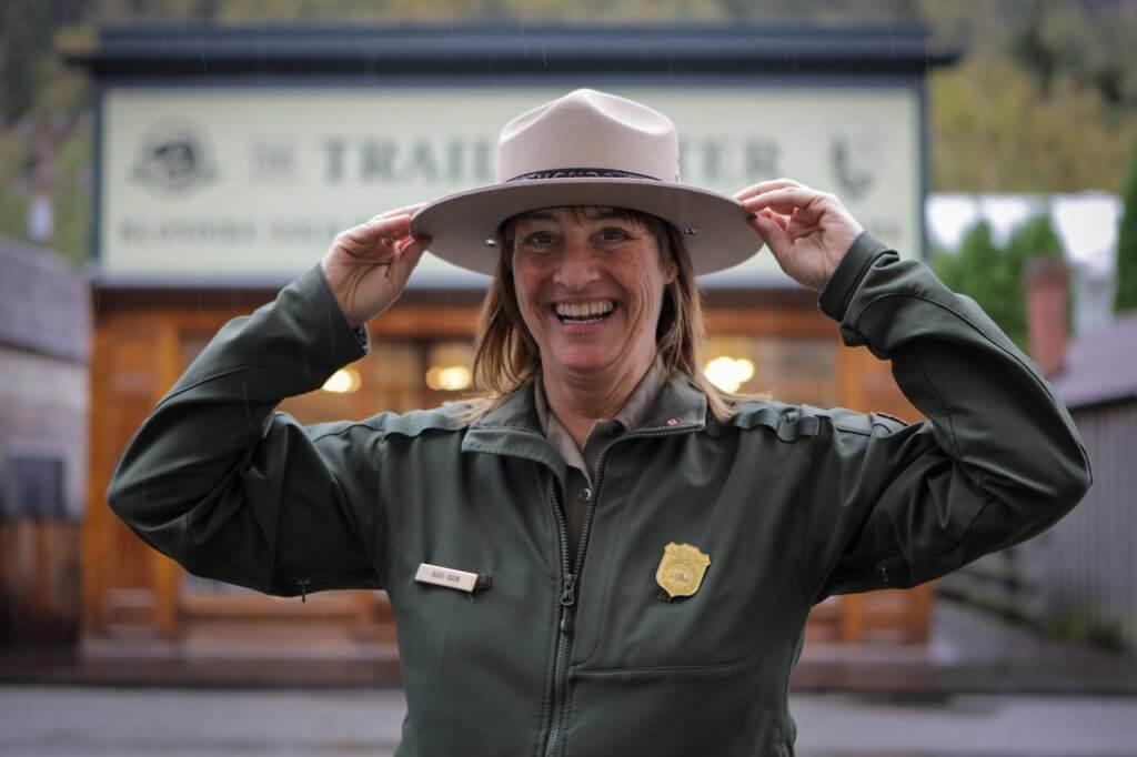Chilkoot Trail-Rangerin Katie freut sich sichtlich über Dirks Besuch.