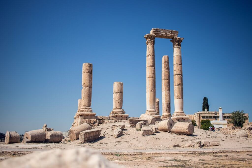 Der Herkules-Tempel auf dem Zitadellenhügel. Ruinen der Zitadelle zeugen von der historischen Bedeutung.