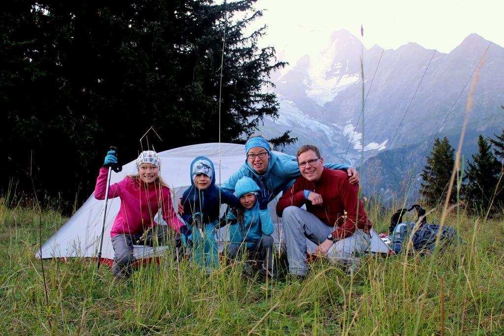 Frederik und seine Familie vor ihrem Zelt. Erstes mal ein Selfie machen.
