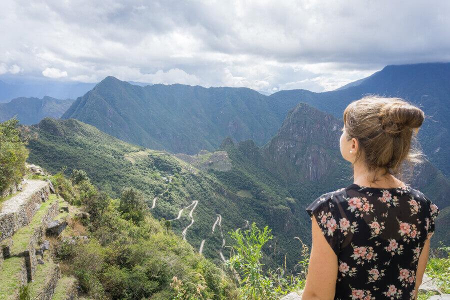 Melanie Schillinger blickt auf das Sonnentor von Machu Picchu in Peru.