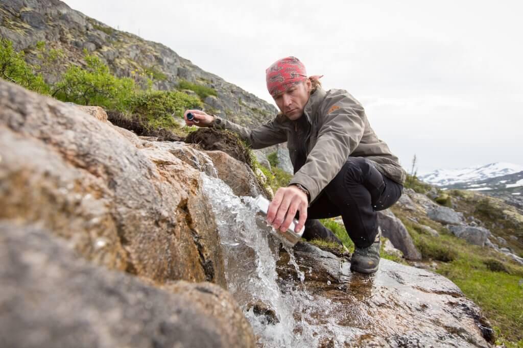 Dirk füllt seine Wasserflasche entlang des Chilkoot Trail auf.