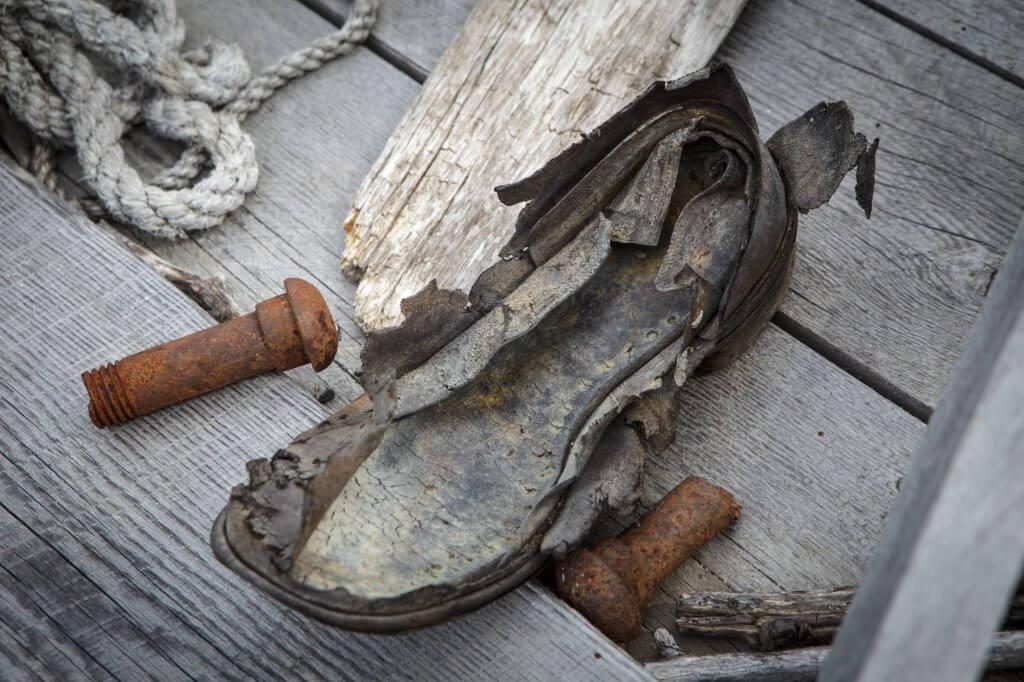 Überreste eines Stiefels und verrostete Nieten zeugen von der Goldsucher-Vergangenheit am Chilkoot Trail.