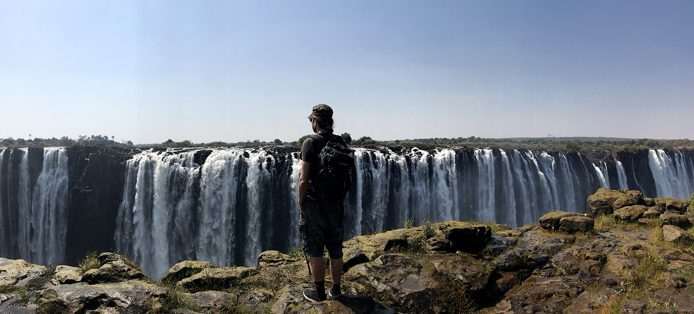Blick auf die Viktoriafälle im Mosi Oa Tuny Nationalpark in Zimbabwe