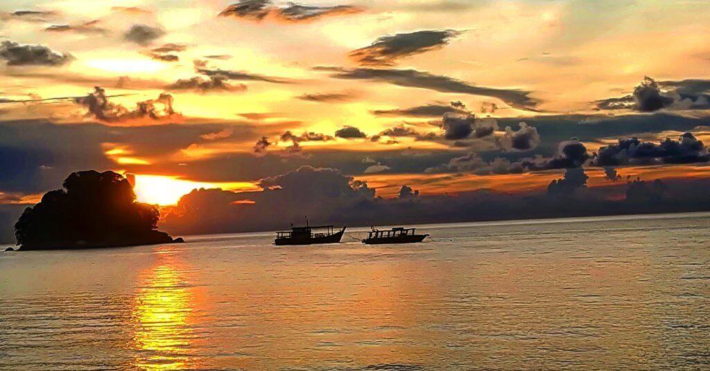 Zwei Boote erstrahlen im Sonnenuntergang auf Tioman in Malaysia.