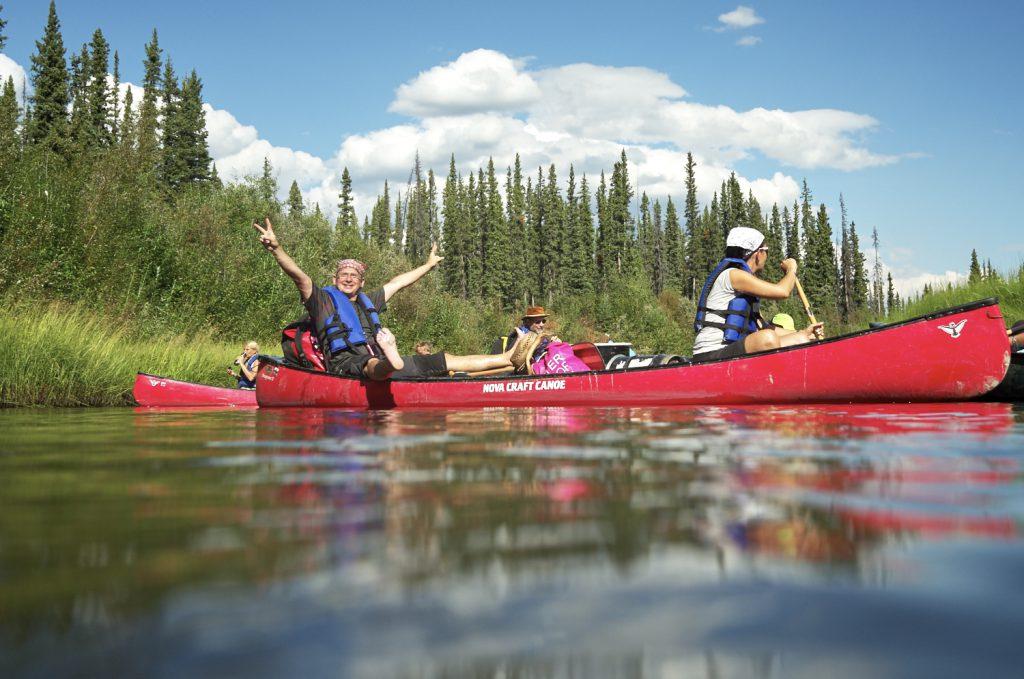 Kanutour Yukon River Alaska - Die Reisegruppe freut sich über die ersten Paddelschläge auf dem wilden Fluss.