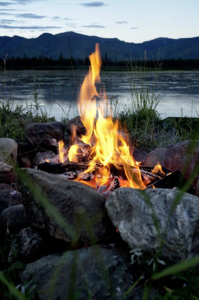 Yukon River Kanutour - Lagerfeuer am Ufer des wilden Flusses.