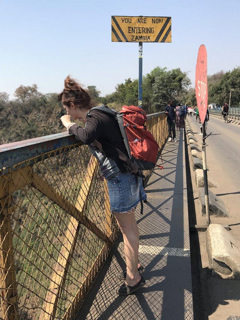 Auf der Victoria Falls Bridge n der Grenze zu Zambia in Zimbabwe