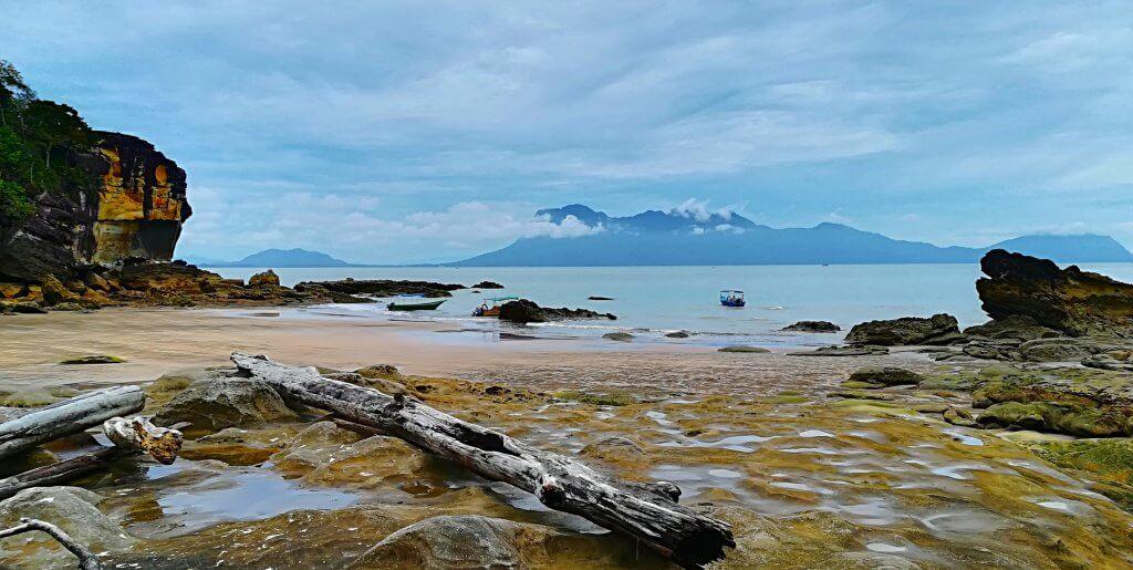 Strandabschnitt auf Borneo.