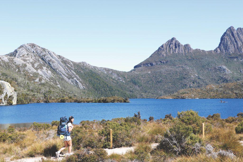 Ania wandert mit ihrem Rucksack entlang des Dove Lake Sees auf Tasmanien.