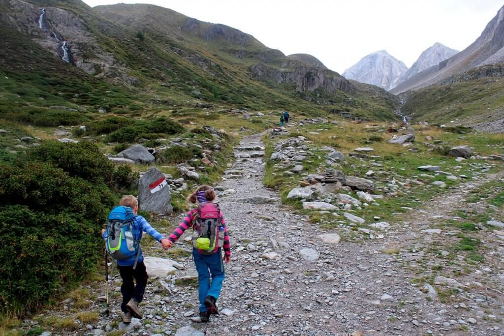 Die zwei Kinder wandern zum Eisjoechl hoch.